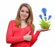 Mädchen, das in der Hand eco Energiebirnen hält Lizenzfreies Stockfoto