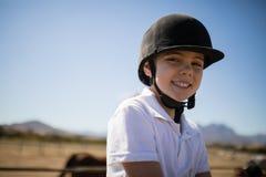 Mädchen, das an der Kamera in der Ranch lächelt lizenzfreie stockbilder