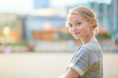 Mädchen, das an der La-Verteidigung in Paris geht Lizenzfreie Stockbilder