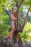 Mädchen, das in der Natur aufwirft Stockfotografie