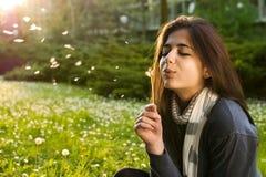Mädchen, das in der Natur sich entspannt Lizenzfreies Stockbild