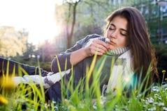 Mädchen, das in der Natur sich entspannt Stockfotos