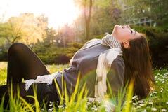 Mädchen, das in der Natur sich entspannt Stockbild