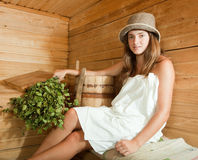 Mädchen, das in der Sauna sich entspannt Stockfoto