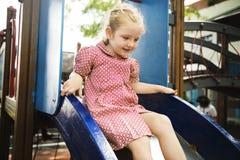 Mädchen, das in der Schule Spielplatz spielt lizenzfreies stockbild