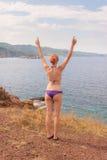 Mädchen, das an der Seeküste aufwirft Lizenzfreie Stockbilder