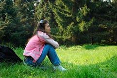 Mädchen, das in der Sommernatur sich entspannt stockfotografie