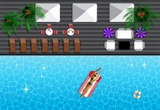 Mädchen, das in der Sonne sich bräunt und im Pool schwimmt Lizenzfreies Stockbild