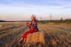 Mädchen, das in der Sonne spielt Lieben das freie lizenzfreie stockfotografie
