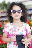 Mädchen, das in der Sonnenbrille steht Stockfotos