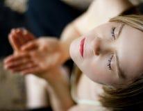 Mädchen, das in der Yogaposition meditiert Lizenzfreies Stockbild