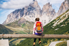 Mädchen, das die Berge betrachtet Lizenzfreies Stockfoto