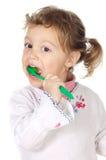 Mädchen, das die Zähne säubert stockfoto