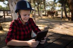 Mädchen, das digitale Tablette verwendet lizenzfreies stockfoto
