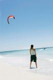 Mädchen, das Drachen-Surfer betrachtet Stockbild
