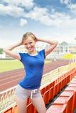 Mädchen, das draußen Übung nimmt Stockfotos