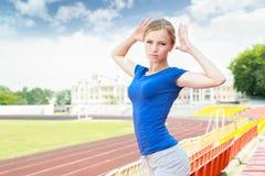 Mädchen, das draußen Übung nimmt Stockfoto