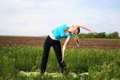 Mädchen, das draußen Übungen tut Lizenzfreies Stockfoto