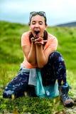 Mädchen, das draußen Beeren, Spaß habend isst Lizenzfreie Stockbilder