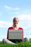 Mädchen, das draußen Laptop verwendet Stockfoto