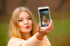 Mädchen, das draußen Selbstphoto mit Telefon macht Lizenzfreie Stockfotografie