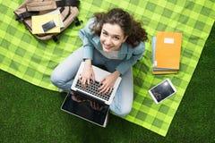 Mädchen, das draußen studiert Lizenzfreie Stockbilder