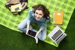 Mädchen, das draußen studiert Stockfotos