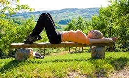 Mädchen, das draußen Yoga tut Stockbild