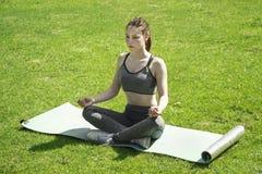 Mädchen, das draußen Yoga tut Stockfotografie