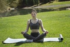 Mädchen, das draußen Yoga tut Stockbilder