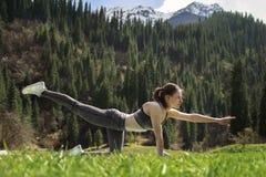 Mädchen, das draußen Yoga tut Lizenzfreie Stockfotos