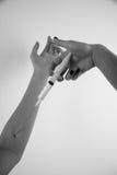 Mädchen, das Drogen einspritzt Lizenzfreies Stockbild