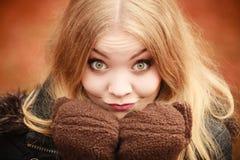 Mädchen, das dumme Gesichter macht Stockfoto