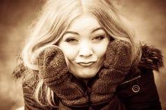 Mädchen, das dumme Gesichter macht Lizenzfreie Stockfotografie