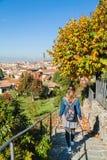 Mädchen, das durch den Rosengarten im Herbst Florenz, Toskana, Italien schlendert Lizenzfreie Stockfotografie