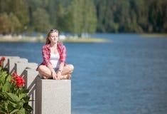 Mädchen, das durch den See ein Sonnenbad nimmt stockbilder