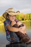 Mädchen, das durch den See sitzt stockfotos