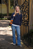 Mädchen, das durch Gatter im Fall lächelt Lizenzfreies Stockfoto
