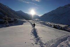 Mädchen, das durch tiefen Schnee geht stockfotografie