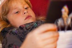 Mädchen, das ein Buch 2 liest Stockbilder