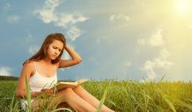Mädchen, das ein Buch auf Natur liest Lizenzfreie Stockfotografie