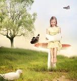 Mädchen, das ein Buch auf Pilz liest Stockbild