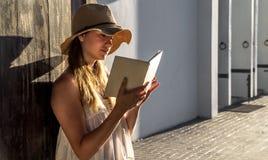Mädchen, das ein Buch an der Dämmerung liest lizenzfreies stockbild