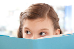 Mädchen, das ein Buch an der Schule liest Lizenzfreie Stockfotografie