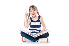 Mädchen, das ein Buch liest Lizenzfreie Stockfotografie