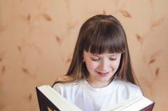 Mädchen, das ein Buch liest Lizenzfreies Stockbild