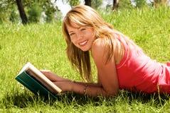 Mädchen, das ein Buch liest Stockfotografie