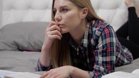 Mädchen, das ein Buch liest stock footage