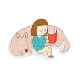 Mädchen, das ein Buch mit ihrem Schlafenhund liest Stockbild