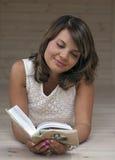 Mädchen, das ein Buch untersucht Lizenzfreies Stockfoto